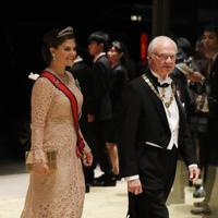 「饗宴の儀」に参列するため、宮殿に入るスウェーデンのカール16世グスタフ国王(右)=皇居・宮殿で2019年10月22日午後8時7分、小川昌宏撮影