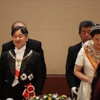 饗宴の儀に臨まれる天皇、皇后両陛下=皇居・宮殿「豊明殿」で2019年10月22日午後9時1分(代表撮影)