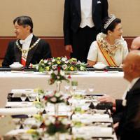 饗宴の儀でブルネイのボルキア国王(左)、スウェーデンのカール16世グスタフ国王(右)と歓談される天皇、皇后両陛下=皇居・宮殿「豊明殿」で2019年10月22日午後9時2分(代表撮影)