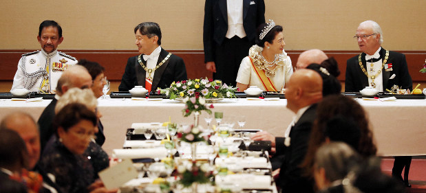饗宴の儀、華やかに 皇后陛下ロングドレス 出席者も鮮やか民族衣装で[写真特集16/20]- 毎日新聞