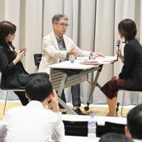 カスハラ対策のロールプレー(役割演技)で、悪質なクレームをつける顧客の夫役(中央)と妻役(左)=大阪市北区の関西大梅田キャンパスで2019年8月26日、加古信志撮影