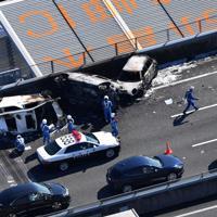 焼け焦げた車両=愛知県弥富市で2019年10月22日午後0時59分、本社ヘリから加古信志撮影
