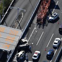 複数の車両が巻き込まれた事故の現場=愛知県弥富市の伊勢湾岸道で2019年10月22日午後0時59分、本社ヘリから加古信志撮影