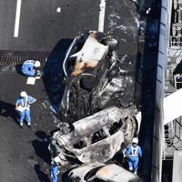 事故で焼け焦げた車両=愛知県弥富市で2019年10月22日午後1時、本社ヘリから加古信志撮影