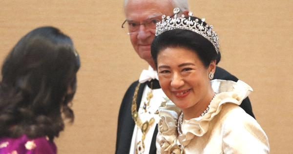 即位の礼:饗宴の儀、華やかに 皇后陛下ロングドレス 出席者も