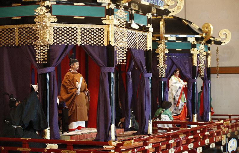 「高御座」に立ち、「即位礼正殿の儀」に臨まれる天皇陛下と「御帳台」に立たれる皇后雅子さま=皇居・宮殿「松の間」で2019年10月22日、代表撮影