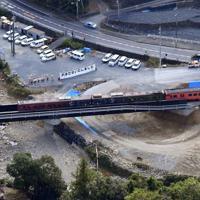 架け替えられた「第1三篠川橋りょう」を走行する観光列車=広島市安佐北区で2019年10月23日午前10時41分、本社ヘリから加古信志撮影