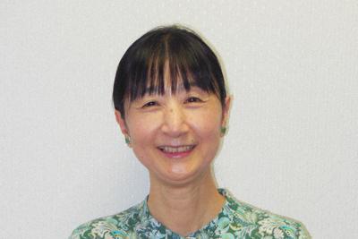 翻訳を手がけた「おばあちゃん、ぼくにできることある?」を手にするおびかゆうこさん=東京都新宿区で2019年10月3日、山寺香撮影