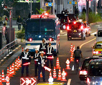 Police officers are seen establishing a presence on roads in Tokyo's Minato Ward, ahead of the Sokuirei-Seiden-no-gi accession ceremony, on the evening of Oct. 21, 2019. (Mainichi/Kimi Takeuchi)