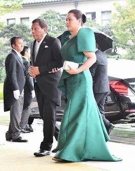 Philippines President Rodrigo Duterte, left, is seen accompanied by his daughter Sara Duterte as they enter the Imperial Palace in Tokyo's Chiyoda Ward to witness the Sokuirei-Seiden-no-gi, on Oct. 22, 2019. Duterte was not able to attend events following the ceremony that evening. (Mainichi/Toshiki Miyama)