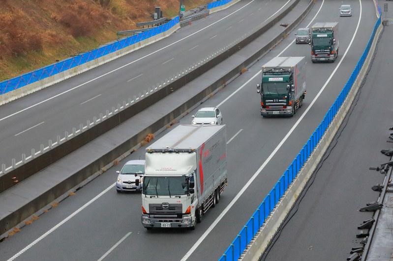 ソフトバンクが新東名高速道路で実証実験を行ったトラック隊列走行 ソフトバンク提供
