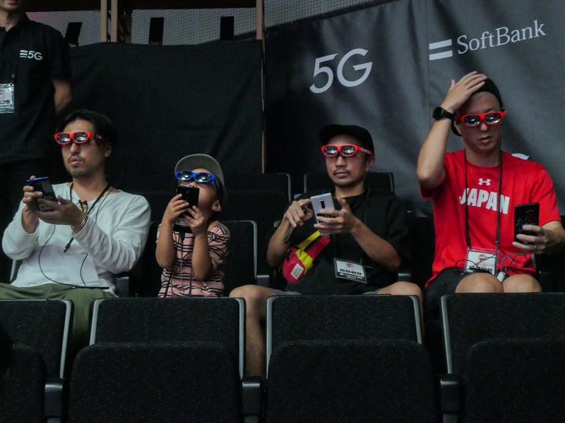 バスケットボール日本代表戦でのARを使った試合観戦。ARゴーグルを通して試合を見ながら、視界には別視点のカメラの映像が表示されている
