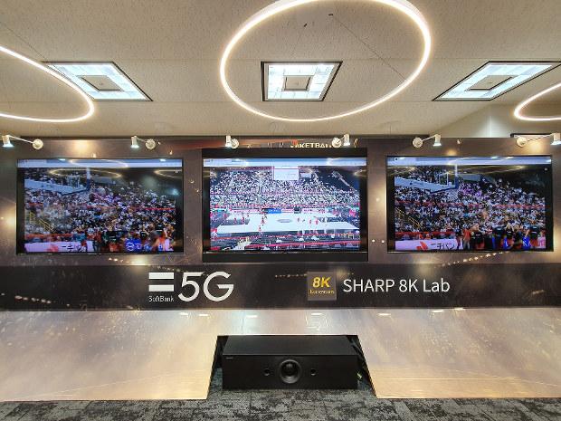 バスケットボールの試合映像を配信する実験。8K映像を3本同時に5Gで遠隔地に伝送した 筆者撮影
