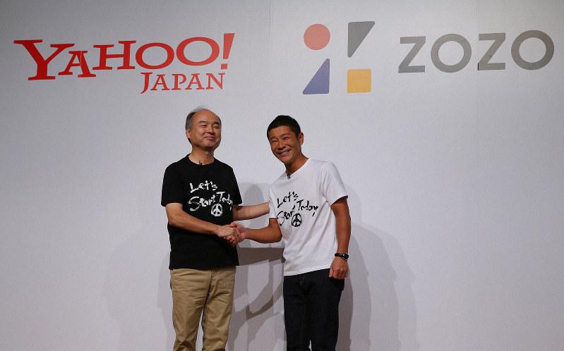 ZOZOはソフトバンクグループ傘下に入ることでさらなる成長が期待される(ソフトバンクグループの孫正義会長兼社長〈左〉とZOZOの前沢友作氏)