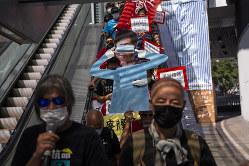 覆面禁止法の発動で林鄭長官の求心力は低下(Bloomberg)