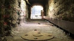 地下420メートルにある実際の埋設場所。奥行き約50メートルのトンネルに「核のごみ」を埋める円形の縦穴を4メートル間隔で設置している=フィンランドで9月12日、三沢耕平撮影