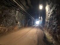 地下400メートル超に続く坑道。最長60キロから70キロまで延びる予定で、100年以上かけて最大約6500トンの核のごみを埋めていく計画だ(フィンランドの放射性廃棄物最終処分場「オンカロ」)