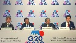 主要20カ国・地域(G20)財務相・中央銀行総裁会議の会合後、議長国として記者会見する麻生太郎財務相(中央左)と日銀の黒田東彦総裁(中央右)=米ワシントンで10月18日、中井正裕撮影