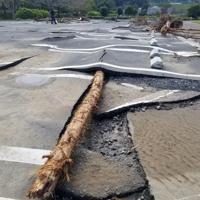 浸水被害でアスファルトがめくれ上がった阿須運動公園=埼玉県飯能市提供