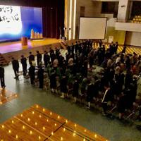 山古志体育館で催された追悼式で黙とうをする参加者=新潟県長岡市山古志地区で
