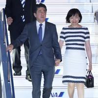欧州歴訪から帰国した安倍晋三首相(左)と妻昭恵氏=羽田空港で2019年4月29日、玉城達郎撮影
