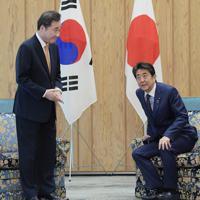 会談に臨む安倍晋三首相(右)と韓国の李洛淵首相=首相官邸で2019年10月24日午前11時13分、川田雅浩撮影