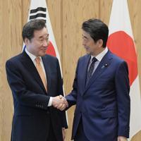 会談前に握手する安倍晋三首相(右)と韓国の李洛淵首相=首相官邸で2019年10月24日午前11時13分、川田雅浩撮影