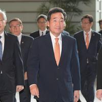 首相官邸に入る韓国の李洛淵首相(中央)=2019年10月24日午前10時41分、川田雅浩撮影