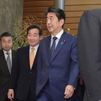 会談に向かう安倍晋三首相(右)と韓国の李洛淵首相=首相官邸で2019年10月24日午前11時12分、川田雅浩撮影