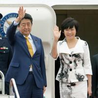 ロシアに向けて政府専用機で羽田空港を出発する安倍晋三首相夫妻=羽田空港で2017年4月27日、和田大典撮影