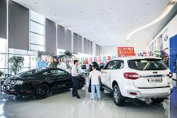 米中対立の長期化が自動車販売を落ち込ませている(上海の米フォードの販売店)(Bloomberg)