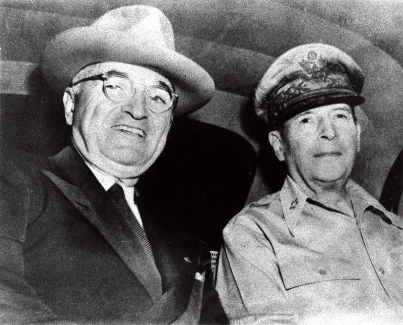 日本を「奴隷国」と呼んだトルーマン大統領(左)