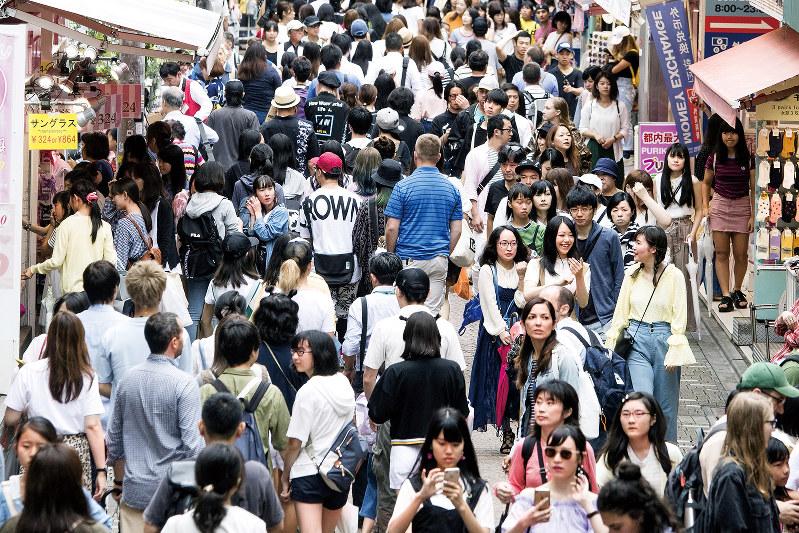 東京・渋谷の雑踏。日本の若者の未来はどこに向かうのだろうか(Bloomberg)