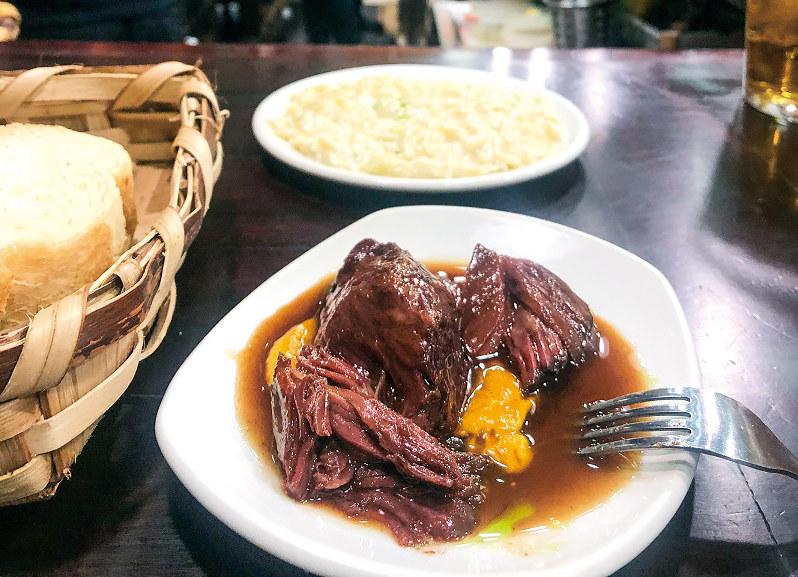 「ボルダ・ベッリ」の牛肉の煮込みとリゾット風のチーズパスタ(筆者撮影)