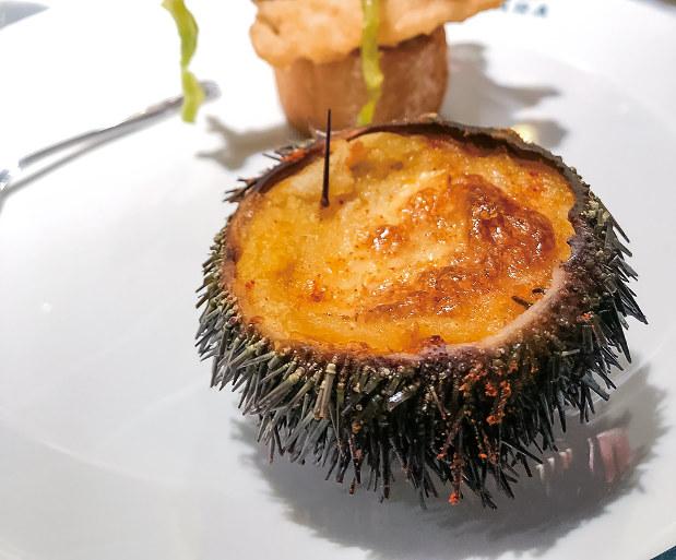 「カーサ・ベルガラ」のウニ殻に入ったグラタン(筆者撮影)