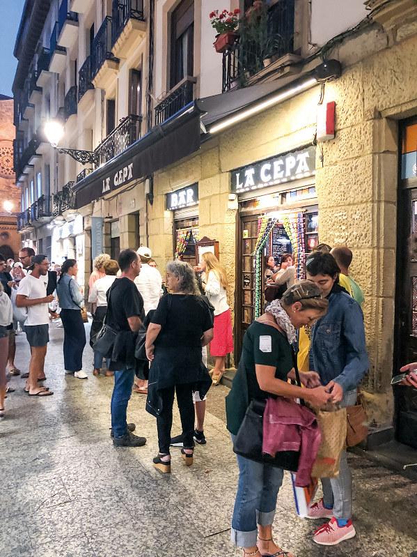 サンセバスチャンの人気バルには店外にも客があふれる(筆者撮影)