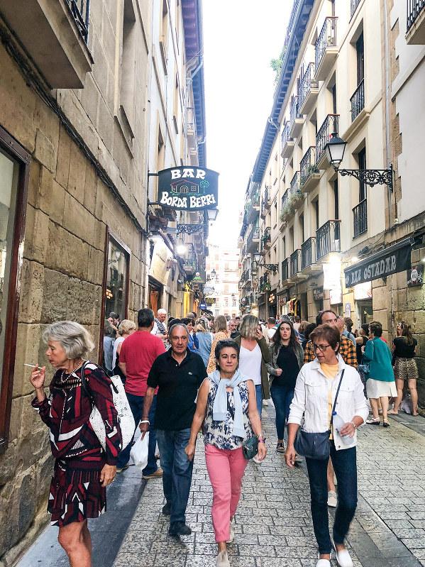 バルが密集するサンセバスチャン旧市街(筆者撮影)