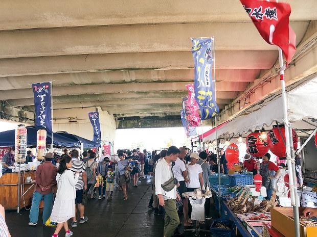 千葉県いすみ市の大原漁港で毎週日曜に開かれる朝市(筆者撮影)