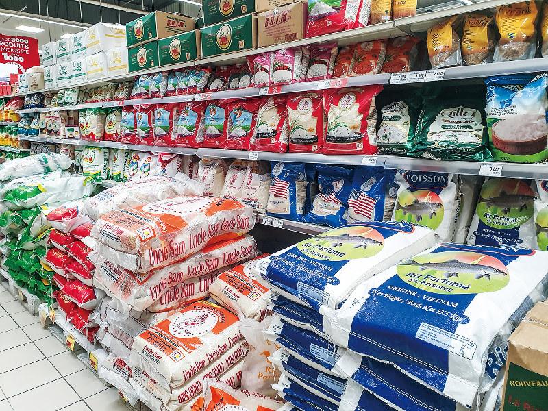 市街地のスーパーには、輸入米ばかりが並ぶ(筆者撮影)