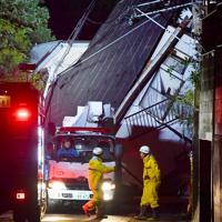 土砂崩れで倒壊した住宅=千葉市緑区誉田町で2019年10月25日午後8時27分、宮間俊樹撮影