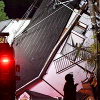 土砂崩れで倒壊した住宅=千葉市緑区誉田町で2019年10月25日午後9時38分、宮間俊樹撮影