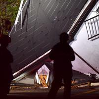 土砂崩れで倒壊した住宅=千葉市緑区誉田町で2019年10月25日午後8時51分、宮間俊樹撮影