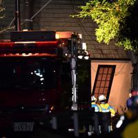 土砂崩れで倒壊し行方不明者の捜索が続く住宅=千葉市緑区誉田町で2019年10月25日午後10時24分、宮間俊樹撮影