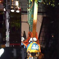 土砂崩れで倒壊し行方不明者の捜索が続く住宅=千葉市緑区誉田町で2019年10月25日午後10時25分、宮間俊樹撮影