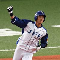 【JFE東日本-日本製鉄室蘭シャークス】一回表JFE東日本1死、中嶋が左越え本塁打を放ち、塁を回る=京セラドーム大阪で2019年10月25日、小松雄介撮影