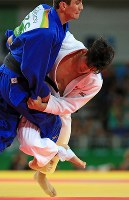2016 Rio de Janeiro Olympics -- Japan's Shohei Ono, right, competes against Azerbaijan's Rustam Orujov on his way to winning the gold medal by ippon in the final of the 73-kilogram division in the men's judo. (Mainichi/Naotsune Umemura)