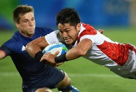 2016 Rio de Janeiro Olympics -- Japan's Teruya Goto scores a try against France just before the end of a quarterfinal match in the men's rugby sevens. The Japanese team finished in fourth place. (Mainichi/Hiroyuki Miura)