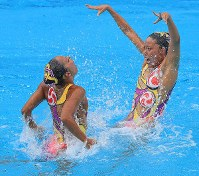 2016 Rio de Janeiro Olympics -- The Japanese pair of Yukiko Inui, right, and Risako Mitsui perform their free routine to secure the bronze medal in the duet synchronized swimming event. (Mainichi/Naotsune Umemura)