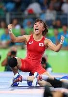 2016 Rio de Janeiro Olympics -- Japan's Eri Tosaka celebrates after winning the gold medal in the 48-kilogram division in the women's wrestling by defeating Azerbaijan's Mariya Stadnik in the final. (Mainichi/Masahiro Ogawa)