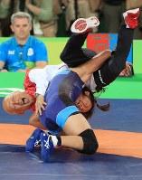 2016 Rio de Janeiro Olympics -- Japan's Risako Kawai tackles team leader Kazuhito Sakae to celebrate winning the gold medal in the 63-kilogram division in the women's wrestling. (Mainichi/Naotsune Umemura)